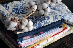 Stos tkaniny i Bawełniana roślina Zdjęcie Royalty Free