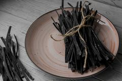 Stos włoszczyzna dom zrobił surowemu makaronowi na talerzu Zdjęcia Stock