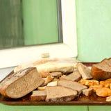Stos wiele plasterki czerstwy chleb i inni czerstwi piec towary zdjęcia royalty free