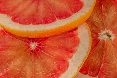 Stos świezi grapefruits na pokazie przy ulicznym rynkiem zdjęcia royalty free