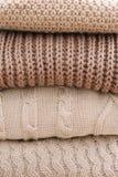 Stos woolen szkockie kraty na lekkim tle Sterta trykotowi odzieżowi pulowery, scarves, pulowery obrazy stock