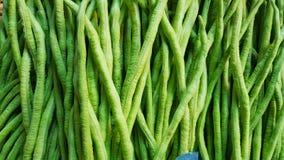 Stos yardlong fasola lub grochy w warzywie wprowadzać na rynek Fotografia Stock