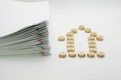 Stos złociste monety i palowa przeciążenie papierkowa robota Fotografia Royalty Free
