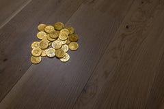 Stos złociste monety na drewnianej podłoga Fotografia Stock