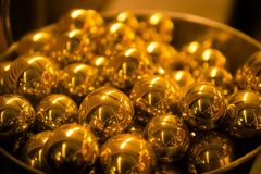 Stos złote sfer piłki Zamyka up, Płytka głębia pole obraz stock