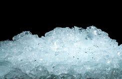 Stos zdruzgotane kostki lodu na ciemnym tle z kopii przestrzenią Zdruzgotane kostki lodu pierwszoplanowe dla napojów, piwo, whisk zdjęcia royalty free