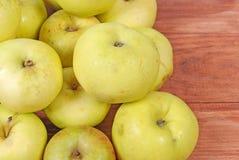 Stos zieleni jabłka kłama na drewnianym tle Zdjęcie Stock