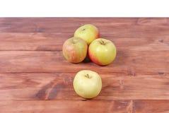 Stos zieleni jabłka kłama na drewnianym tle Zdjęcia Royalty Free