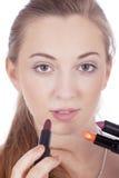 Stosować barwioną pomadkę młoda piękna kobieta Zdjęcie Royalty Free