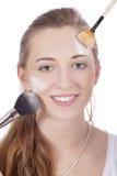 Stosować barwioną pomadkę młoda piękna kobieta Obrazy Stock
