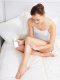 stosować kremowej nóg skóry kobiety Zdjęcia Royalty Free