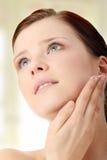 stosować kremowej twarzy moisturizer kobiety zdjęcia stock