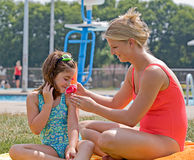 stosować macierzystego sunscreen Fotografia Royalty Free
