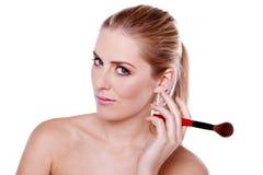 Stosować makeup piękna blond kobieta. zdjęcie stock