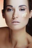 stosować makeup piękne kremowe żeńskie kobiety Zdjęcia Royalty Free