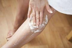 stosować moisturiser zdjęcie royalty free