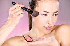 stosować szczotkarskiej kosmetyka proszka kobiety obraz royalty free