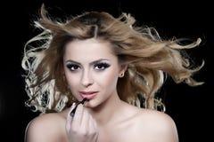 stosować szminki kobiety Obrazy Stock