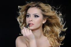 stosować szminki kobiety fotografia stock