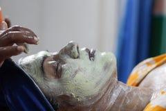 Stosować twarzową paczki maskę na twarzy dama z włosianym zespołem z oczami zamykającymi Boczny widok obrazy royalty free