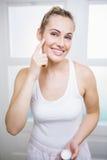 stosować kremowych twarzy kobiety potomstwa Zdjęcie Stock