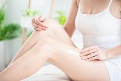 stosowa? nogi kremowej kobiety obrazy stock