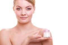 stosowanie opieki skóry przejrzystego lakier Dziewczyna stosuje nawilżanie śmietankę obraz stock