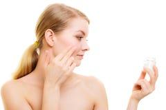 stosowanie opieki skóry przejrzystego lakier Dziewczyna stosuje nawilżanie śmietankę obraz royalty free