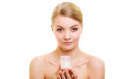 stosowanie opieki skóry przejrzystego lakier Dziewczyna stosuje nawilżanie śmietankę fotografia royalty free