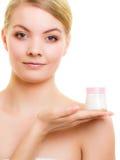 stosowanie opieki skóry przejrzystego lakier Dziewczyna stosuje nawilżanie śmietankę obrazy royalty free
