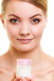 stosowanie opieki skóry przejrzystego lakier Dziewczyna stosuje nawilżanie śmietankę zdjęcie royalty free