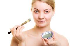 stosowanie opieki skóry przejrzystego lakier Kobieta stosuje glinianą błoto maskę na twarzy zdjęcie royalty free