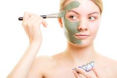 stosowanie opieki skóry przejrzystego lakier Kobieta stosuje glinianą błoto maskę na twarzy fotografia royalty free