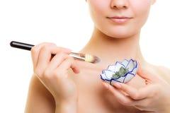 stosowanie opieki skóry przejrzystego lakier Kobieta stosuje glinianą błoto maskę na twarzy obrazy royalty free