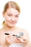 stosowanie opieki skóry przejrzystego lakier Kobieta stosuje glinianą błoto maskę na twarzy fotografia stock