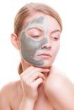 stosowanie opieki skóry przejrzystego lakier Kobieta stosuje gliny maskę na twarzy Zdrój Zdjęcie Royalty Free
