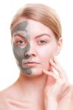 stosowanie opieki skóry przejrzystego lakier Kobieta stosuje gliny maskę na twarzy Zdrój Zdjęcie Stock