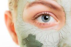 stosowanie opieki skóry przejrzystego lakier Kobieta w glinianej błoto masce na twarzy piękno obraz stock