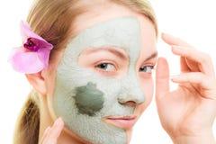 stosowanie opieki skóry przejrzystego lakier Kobieta w glinianej błoto masce na twarzy piękno fotografia stock