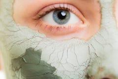 stosowanie opieki skóry przejrzystego lakier Kobieta w glinianej błoto masce na twarzy piękno obrazy royalty free