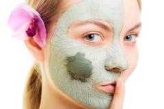 stosowanie opieki skóry przejrzystego lakier Kobieta w glinianej błoto masce na twarzy piękno zdjęcia royalty free