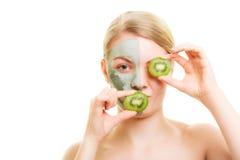 stosowanie opieki skóry przejrzystego lakier Kobieta w gliny masce z kiwi na twarzy zdjęcie royalty free