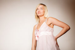 stosowanie opieki skóry przejrzystego lakier Kobiety twarz bez makeup Zdjęcie Royalty Free