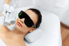stosowanie opieki skóry przejrzystego lakier Twarzy piękna traktowanie IPL Fotografii Twarzowa terapia mrówka Fotografia Stock