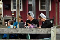 Stosunek, PA: Mennonite dzieci i kobiety Obraz Royalty Free