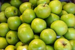 Stosy świeży obfity piękny wyśmienicie jaskrawy - zielony jabłczany owocowy tła sprzedawanie w miejscowego rynku Obraz Stock