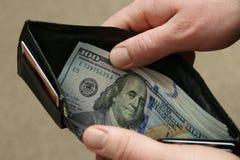 stosy banknotów s dziobu top u S 100 Dolarowych rachunków Pokazywać w Czarnym portflu obrazy royalty free