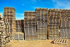 stosy europejscy barłogi robić w drewnie gotowym używać ciężarówką odtransportowywający produkty lub towary na one od miejsca inn obraz royalty free