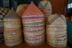Stosy kolorowego szyszkowego kształta i round kształta naczyń Tajlandzki rękodzieło wyplatająca bambusowa pokrywa zapobiegać jedz Obrazy Royalty Free
