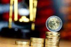 Stosy monety na stole Obrazy Royalty Free
